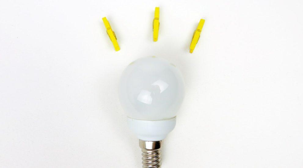 Glühbirne mit drei gelben Wäscheklammern welche einen Tipp visualisieren soll