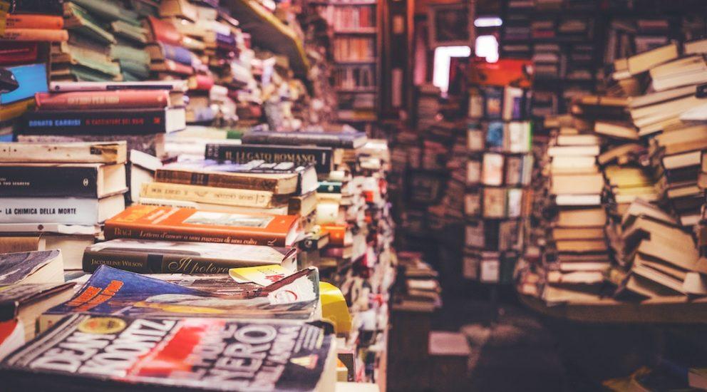 Raum mit stapelweise Bücher unsortiert
