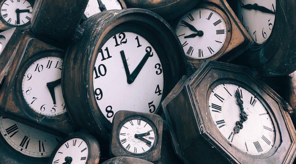 Viele retro Uhren im Holzdesign durcheinander auf eine Haufen